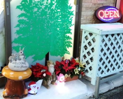 正面2です!お店の外だけでもクリスマスモードにしないとです(笑)