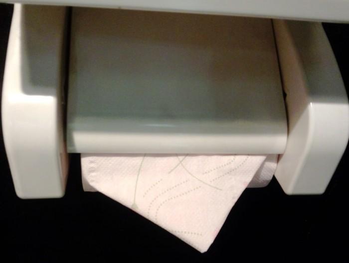 バイトさんの篠原さんは初日からこのトイレに三角折りをしてくれていたんです。コレなかなか出来るもんじゃないんです。毎回関しているんです。(偉いぞ~)